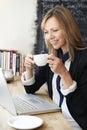 Café de using laptop in de la empresaria Foto de archivo libre de regalías