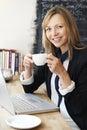 Café de using laptop in de la empresaria Imagen de archivo