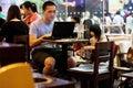 Café dos starbucks do Internet do menino Fotos de Stock