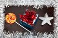 A caixa de presente o candycane e o white christmas star na madeira preta Imagens de Stock