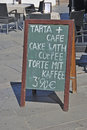 Cake and coffee announce in the street tarta y cafe torte mit kaffee Stock Photo