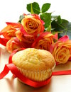Cake muffin with a bouquet of roses sweet gift Royalty Free Stock Photography