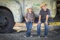 Camión de la antigüedad de hats leaning against del vaquero de dos que lleva young boys Foto de archivo