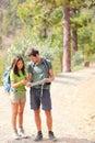 Caminhantes - caminhando os pares que olham o mapa Foto de Stock