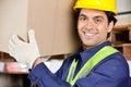 Capataz joven lifting cardboard box Imagen de archivo libre de regalías