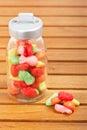 Caramelos en el tarro de cristal Fotografía de archivo