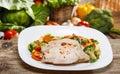 Carne al forno con le verdure sulla tavola di legno Fotografia Stock