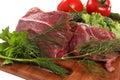 Carne com os vegetais na placa de corte Fotos de Stock