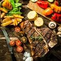 Carne de vaca com os vegetais sortidos do assado Foto de Stock