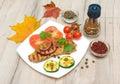 Carne grelhada com vegetais em uma placa branca foto horizontal Imagem de Stock