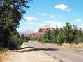 Carretera de sedona arizona con las rocas rojas Imagen de archivo libre de regalías