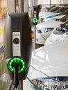 Carros elétricos que estão sendo recarregados Foto de Stock Royalty Free