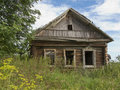Casa de madeira abandonada na vila russian Fotografia de Stock
