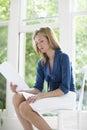 Casa de reading document at da mulher de negócios Imagem de Stock Royalty Free