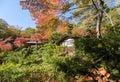 Casa de tradiotioanal em autumn japanese garden com bordo Fotografia de Stock Royalty Free