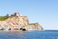 Casa grande en el acantilado del océano Foto de archivo libre de regalías