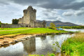 Castello del Ross con la riflessione in Co. Kerry Fotografia Stock