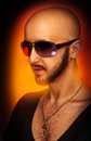 Caucasian man i solglasögon som ser bort i studio Royaltyfri Foto