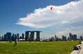 Cerf volant de vol de couples devant marina bay sands singapour Images stock