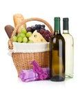 Cesta do piquenique com as garrafas do pão do queijo da uva e de vinho Foto de Stock Royalty Free