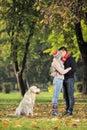 Chłopaka dziewczyny całowania park Zdjęcia Stock