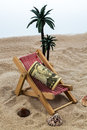 Chaise de plage avec la tirelire et les dollars Photo stock