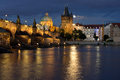 Charles bridge in prag nachts Stockbilder