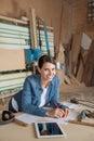 Charpentier heureux leaning on table dans l atelier Image libre de droits