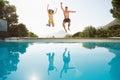 Veselý skákání plavání bazén