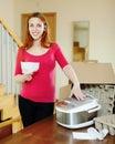 Mujer leer nuevo estufa