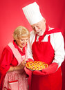 Chef et femme au foyer cherry pie Images stock