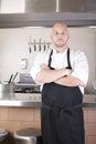 Chef standing next to kocher in der küche Stockfotos