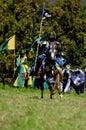 Chevalier médiéval à cheval Images stock