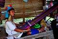 Chiang Mai Thailand: Hångla Long att väva för kvinna Arkivbilder