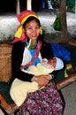 Chiang Mai Thailand: Hångla Long fostrar med behandla som ett barn Royaltyfria Foton