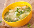 Chicken soup with green peas in a bowl Royalty Free Stock Photos