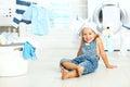 Felice poco ragazza a lavare vestiti e ride