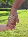 A babička držanie ruky