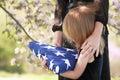 Držení rodiče skládané americký vlajka