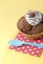 Chiuda sull immagine del gelato del cioccolato con il tovagliolo ed il cucchiaio di tavola Fotografia Stock