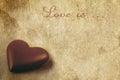 Chocoladehart op de oude uitstekende geweven document achtergrond Stock Foto