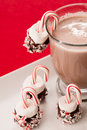 Chocolate caliente con el caramelo cane christmas treats de la melcocha Fotos de archivo