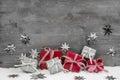Vianočné darčeky v a striebro na drevený šedá