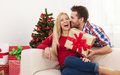 Christmas time sweet kiss and present for Royalty Free Stock Photos