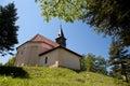 Kostel na travnatém kopci