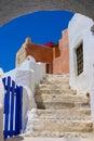 Cielo azul hermoso y escalera vieja en Santorini Foto de archivo libre de regalías