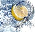 Citron frais dans l'eau Images libres de droits
