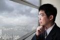 Città di sguardo dell uomo di affari attraverso la finestra Fotografia Stock Libera da Diritti