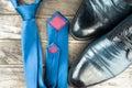 Hombres zapatos y azul atar en madera