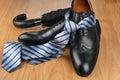Hombres negro zapatos atar, en madera piso
